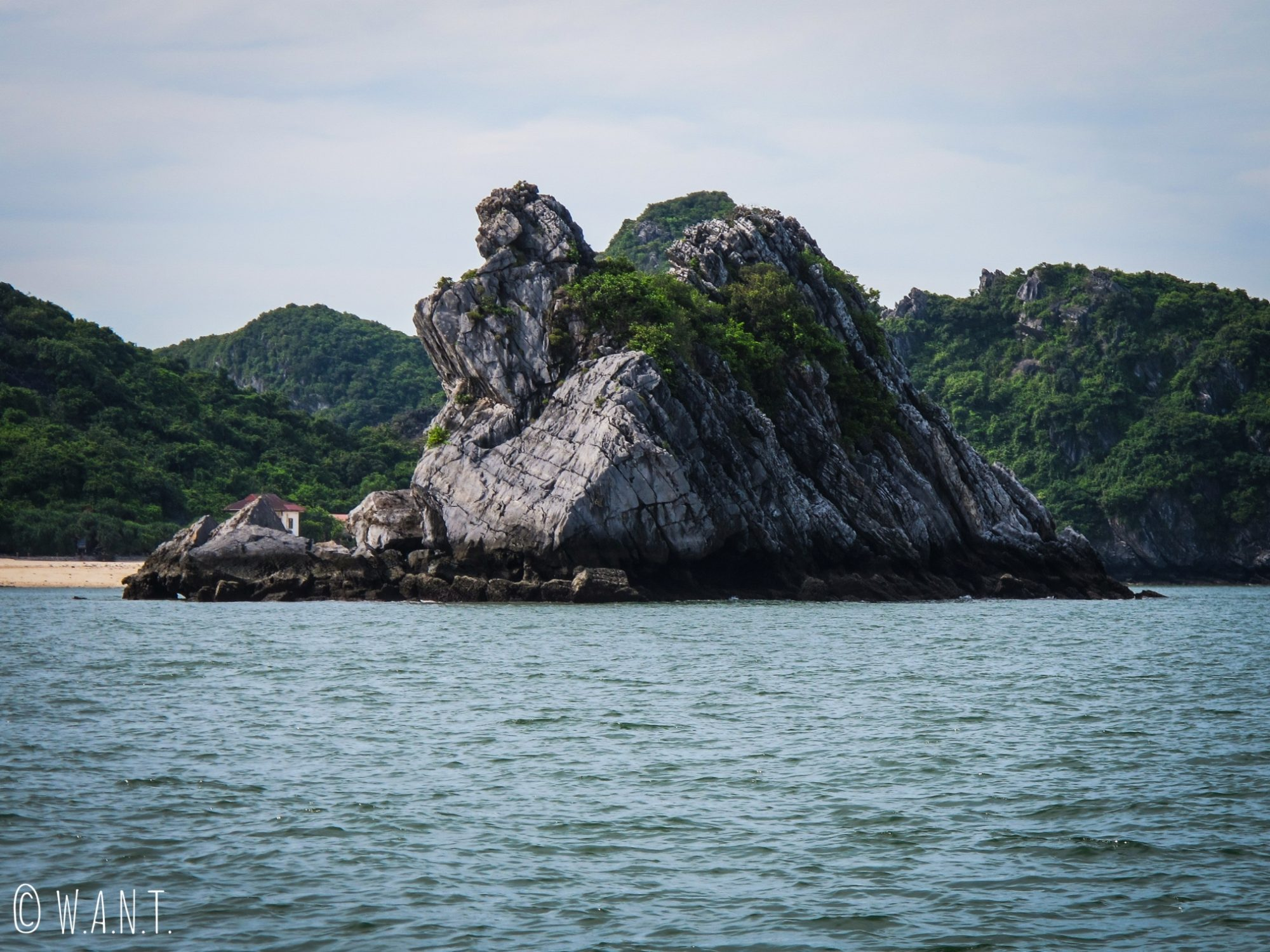 Pic karstique dans la Baie de Lan Ha