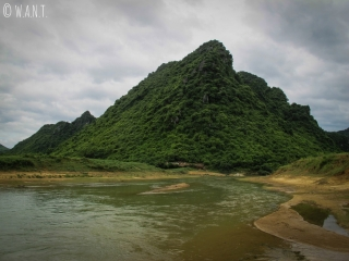 Pic karstique en bord de rivière à Phong Nha