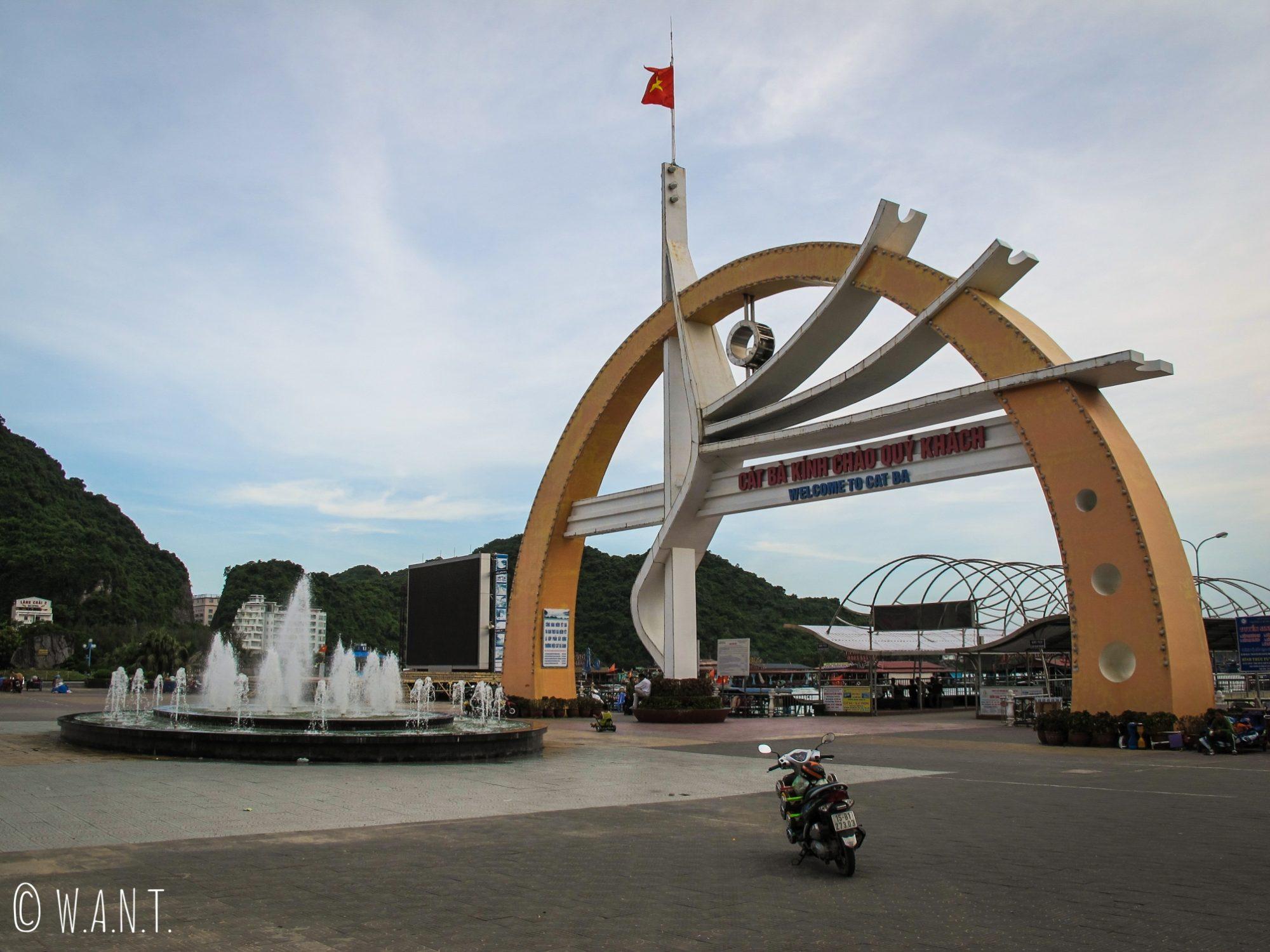 Place principale du centre-ville de l'île de Cat Ba