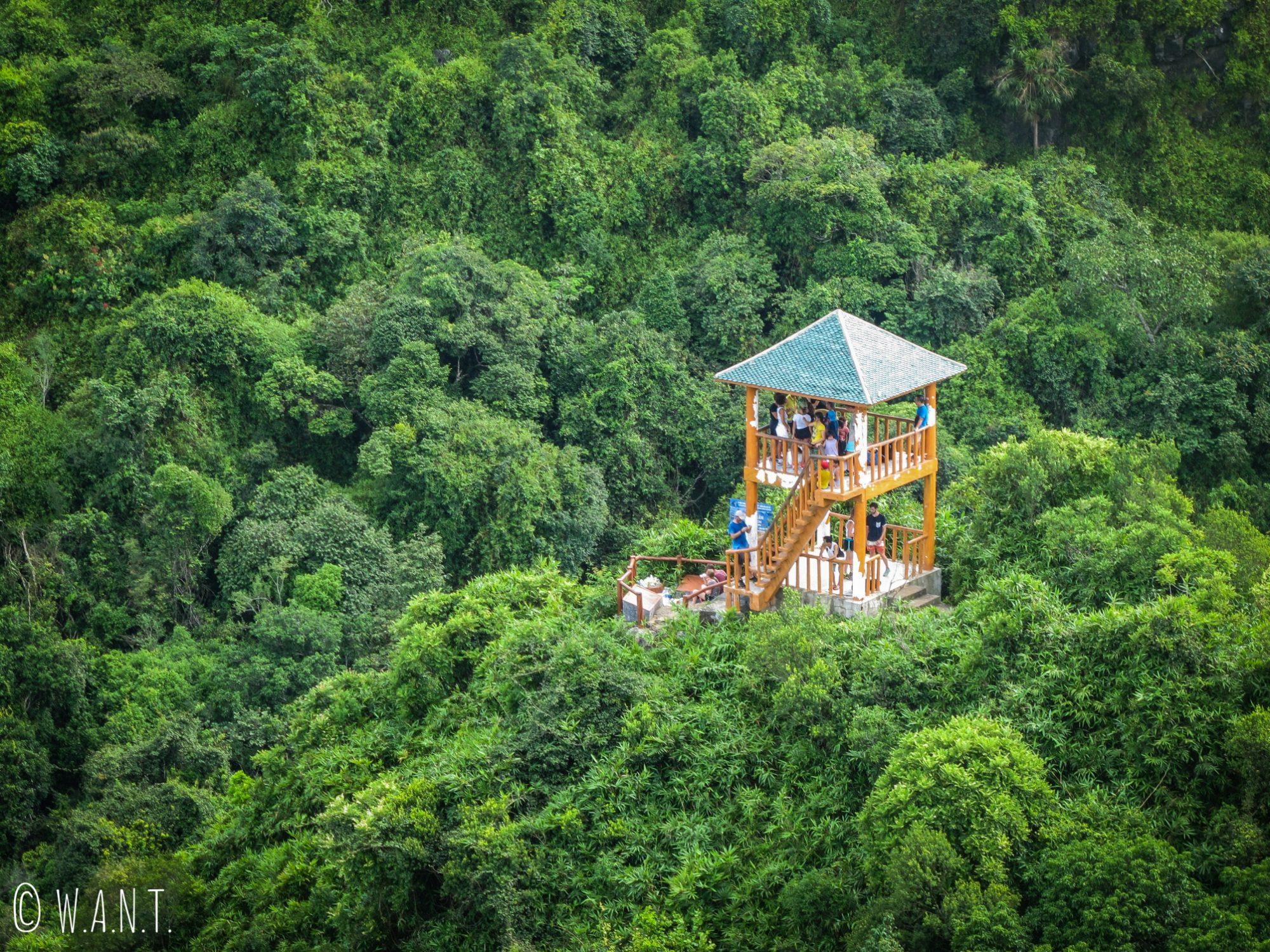 Point de vue intermédiaire sur le Ngu Lam Peak du Parc National de Cat Ba