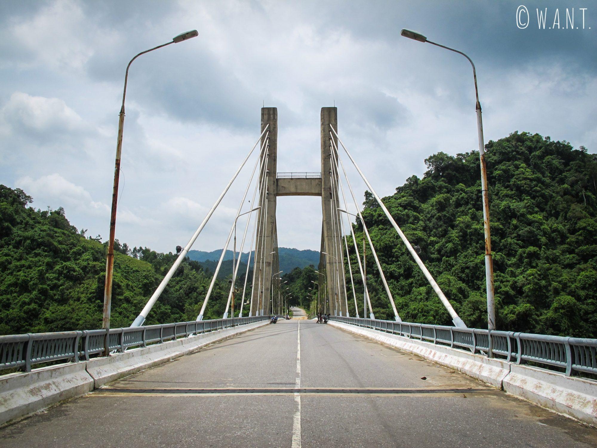 Pont suspendu au-dessus de la rivière Dakrong dans la DMZ