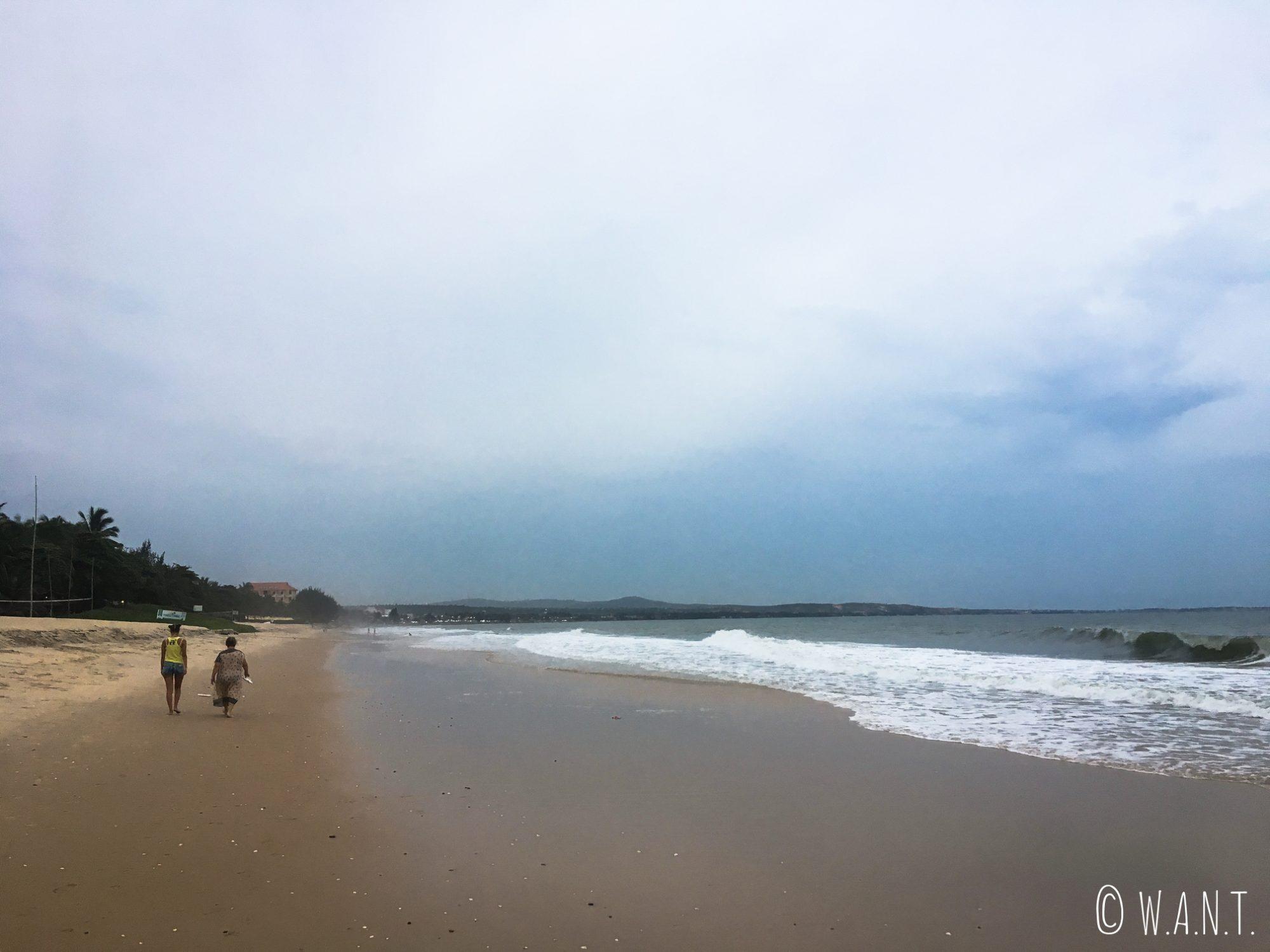 Promenade en fin de soirée sur la plage de Mui Ne