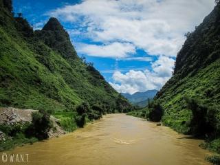 Rivière et montagnes sur la route de Yen Minh