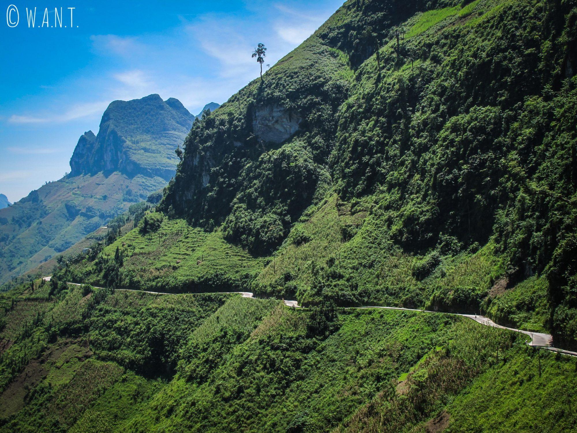 Route en bord de falaise du Ma Pi Leng Pass