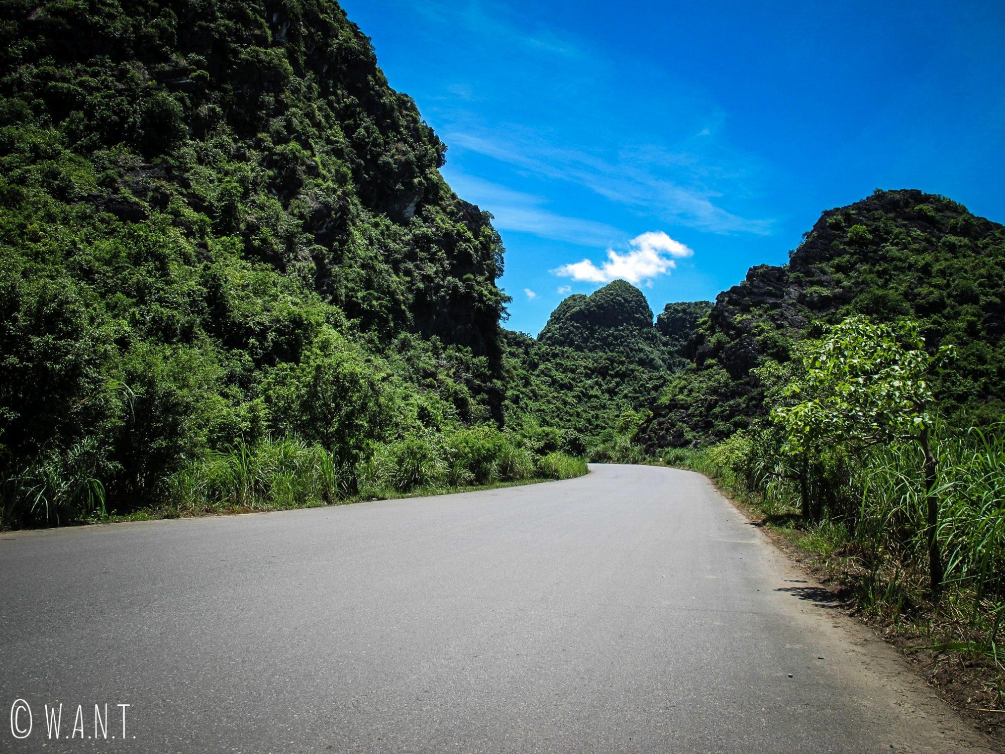Route en direction de Trang An et de la pagode Bai Dinh à Tam Coc