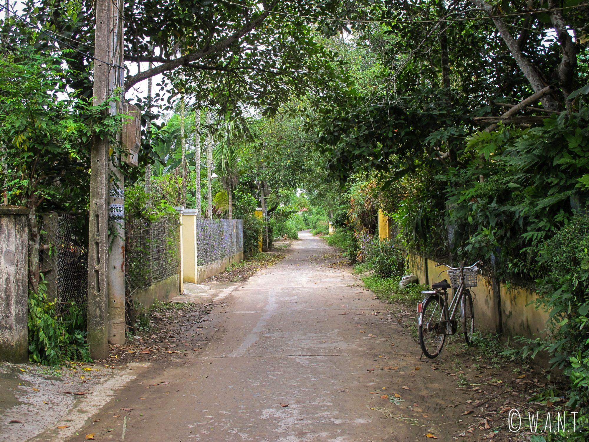 Rue déserte de l'île de Cam Kim proche de Hoi An