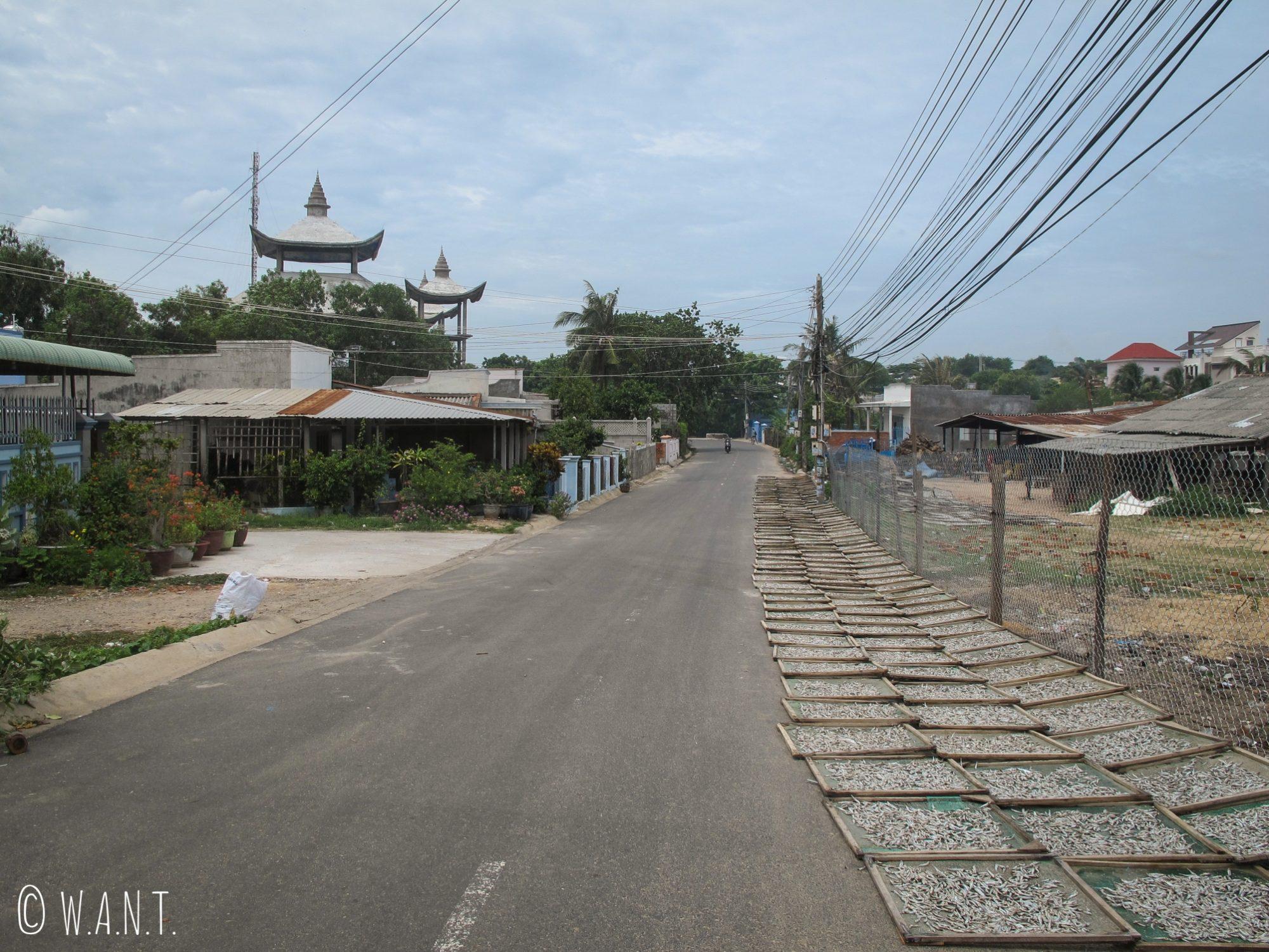 Rue déserte du village de Mui Ne