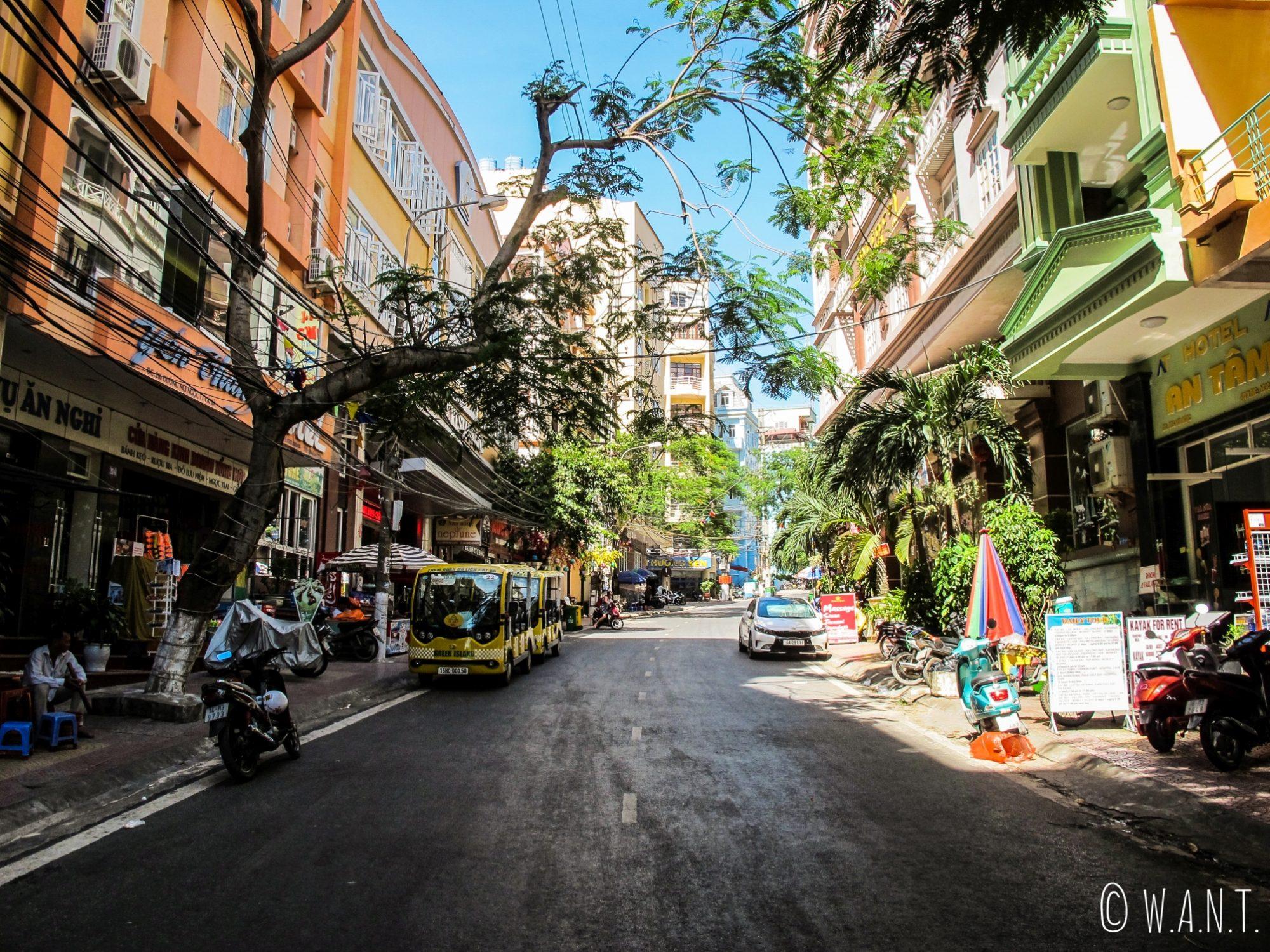 Rue du centre-ville de Cat Ba