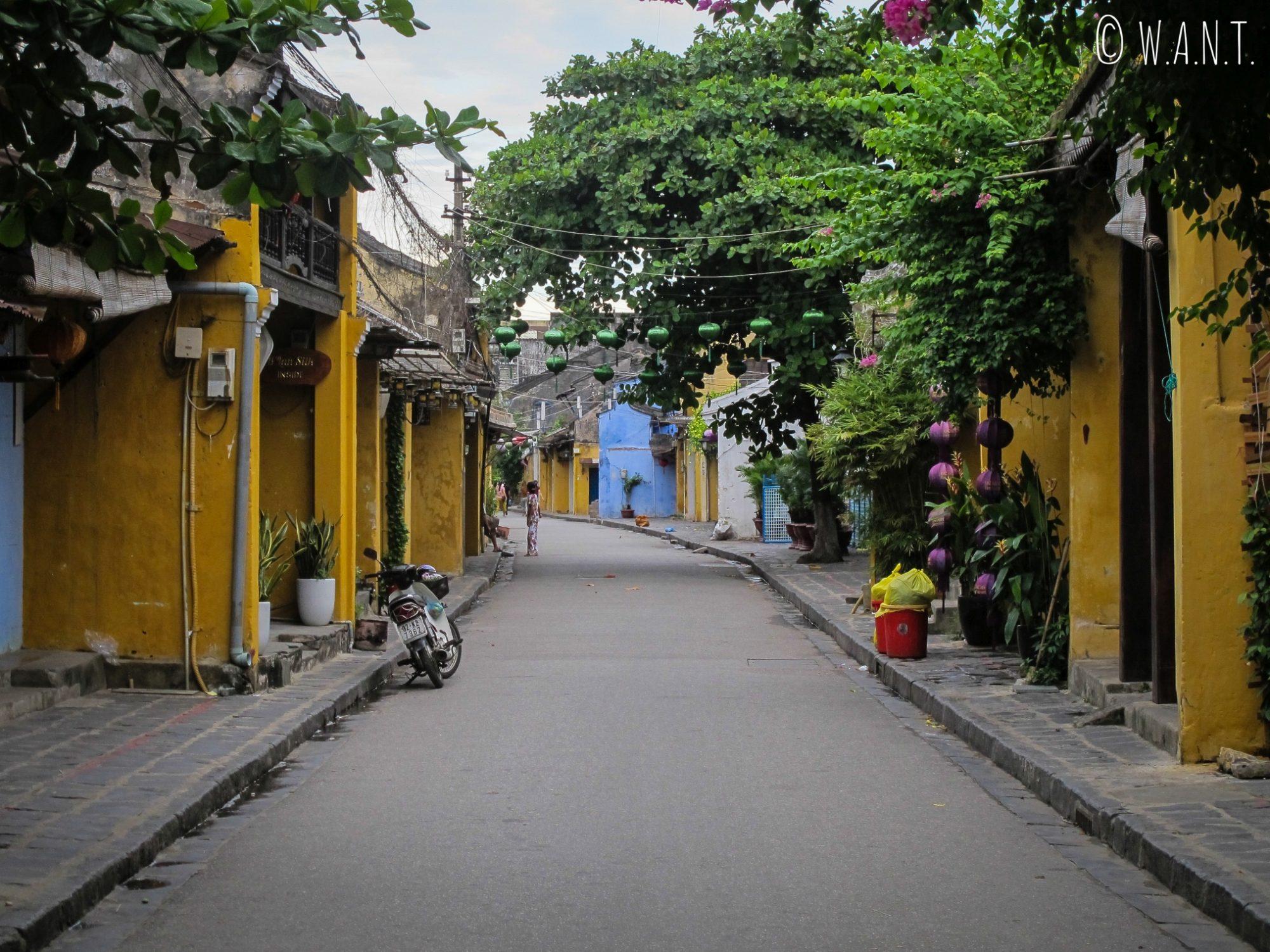 Rues désertes de la vieille ville de Hoi An à 5h30