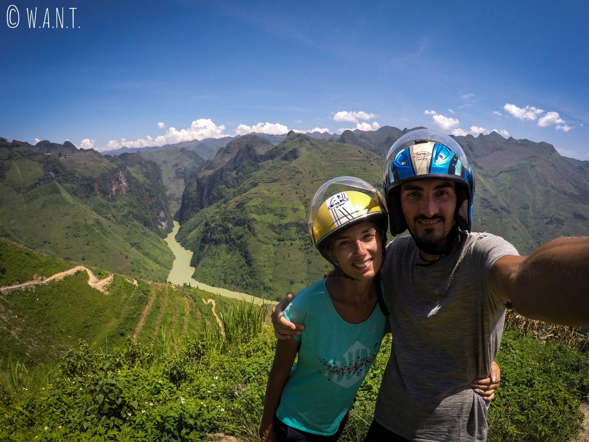 Selfie devant le Canyon Tu San sur la Happy Road
