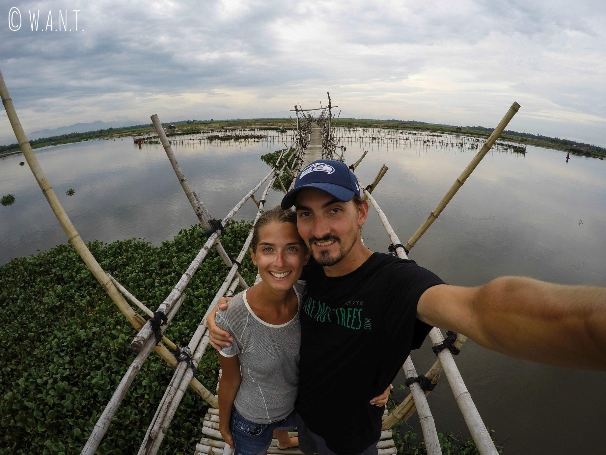 Selfie sur un pont de bambou dans la région d'Hoi An