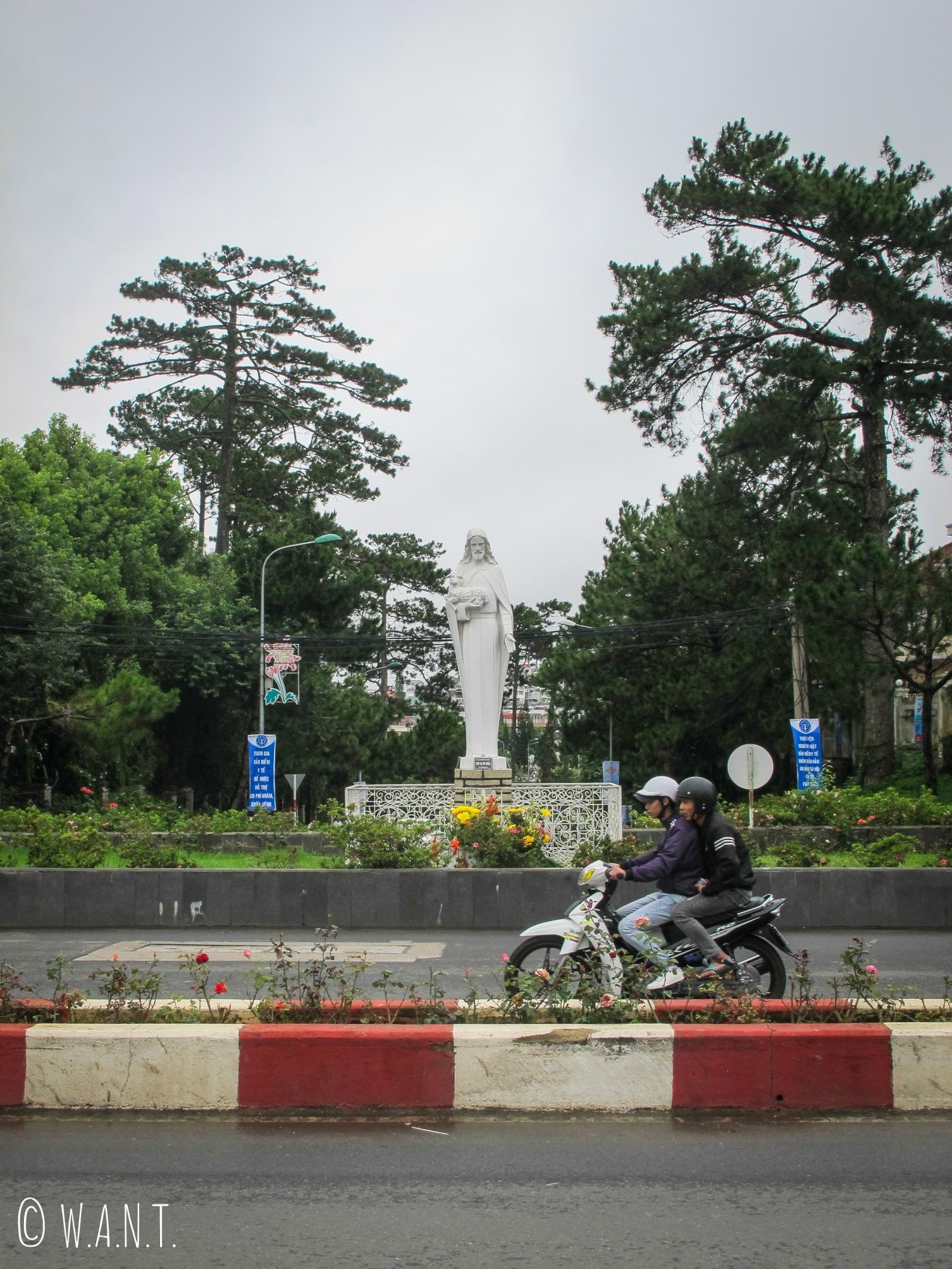 Statue de Notre-Dame située en face de la Cathédrale Saint-Nicolas de Da Lat