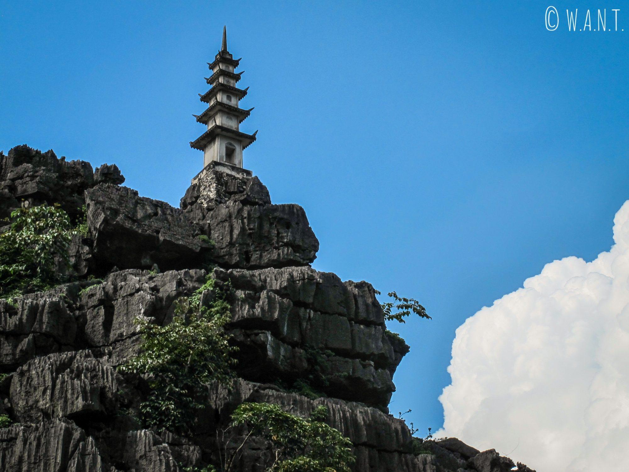 Temple à flanc de colline aux Mua Caves de Tam Coc