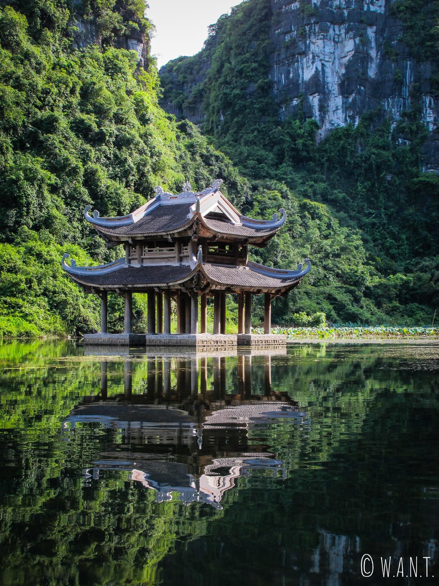Temple au milieu de l'eau à Trang An dans la Baie d'Ha Long terrestre