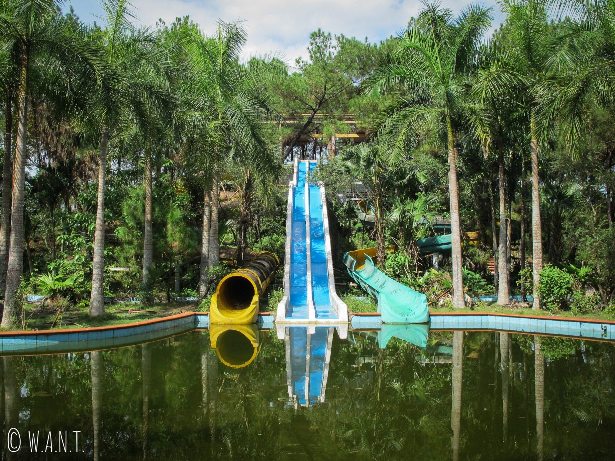 Toboggans du parc aquatique abandonné de Ho Thuy Tien
