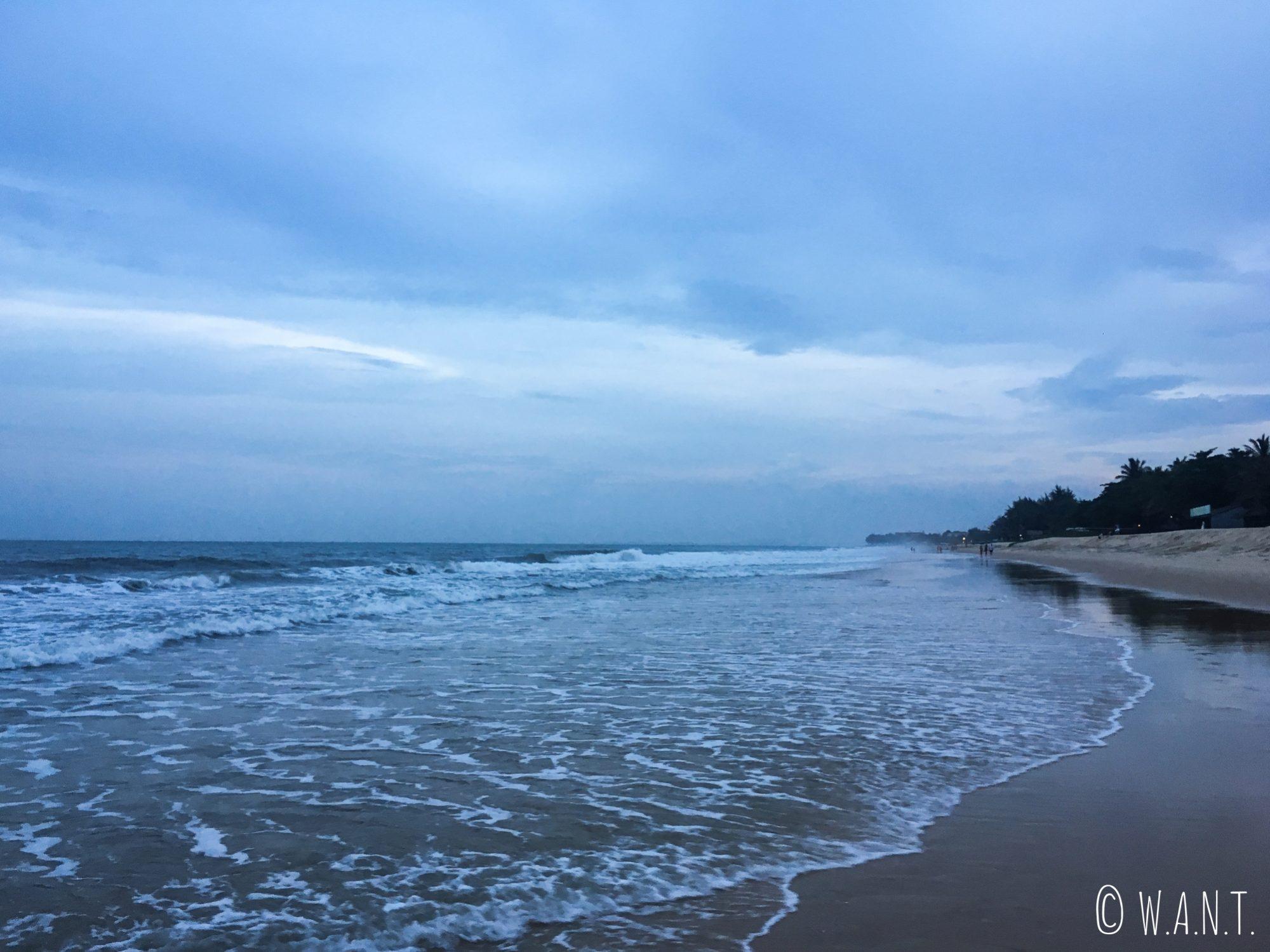 Tombée de la nuit sur la plage de Mui Ne