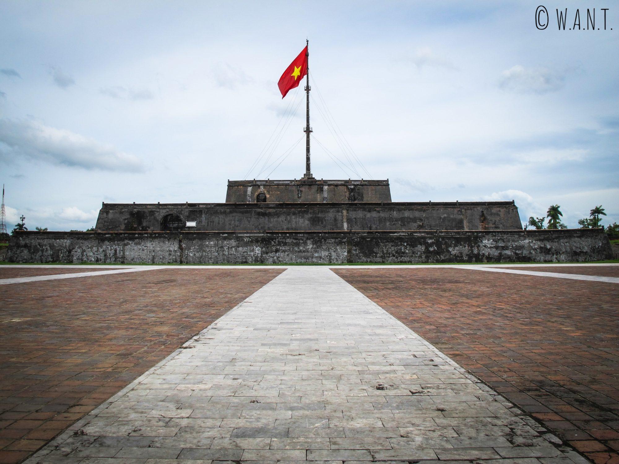 Tour du Drapeau à l'entrée de la Citadelle de Hué