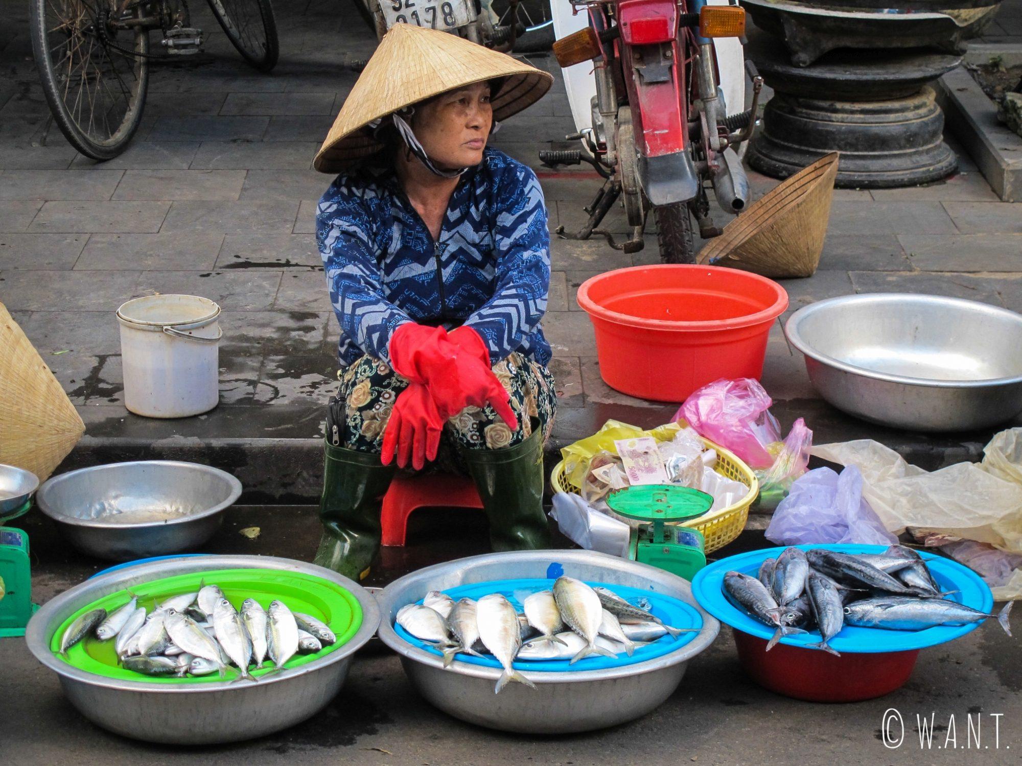 Vendeuse de poissons sur le marché de la vieille ville de Hoi An