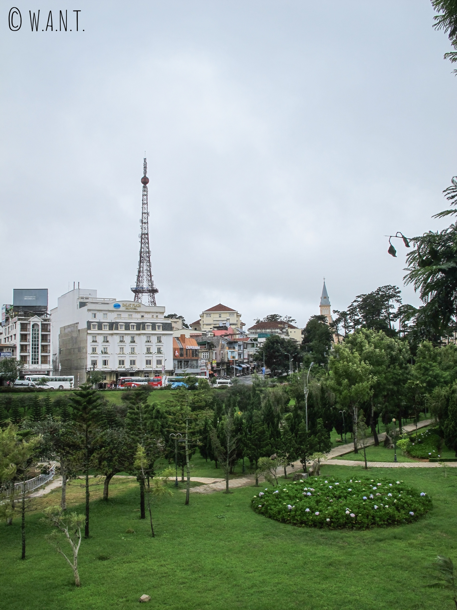 Vue sur la reproduction de la Tour Eiffel de Da Lat