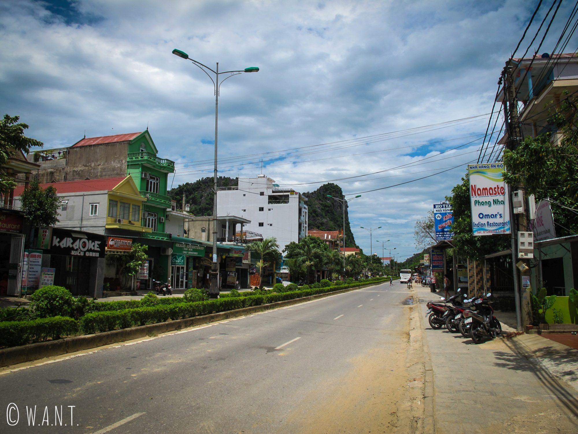 Vue sur la route principale traversant Son Trach à Phong Nha