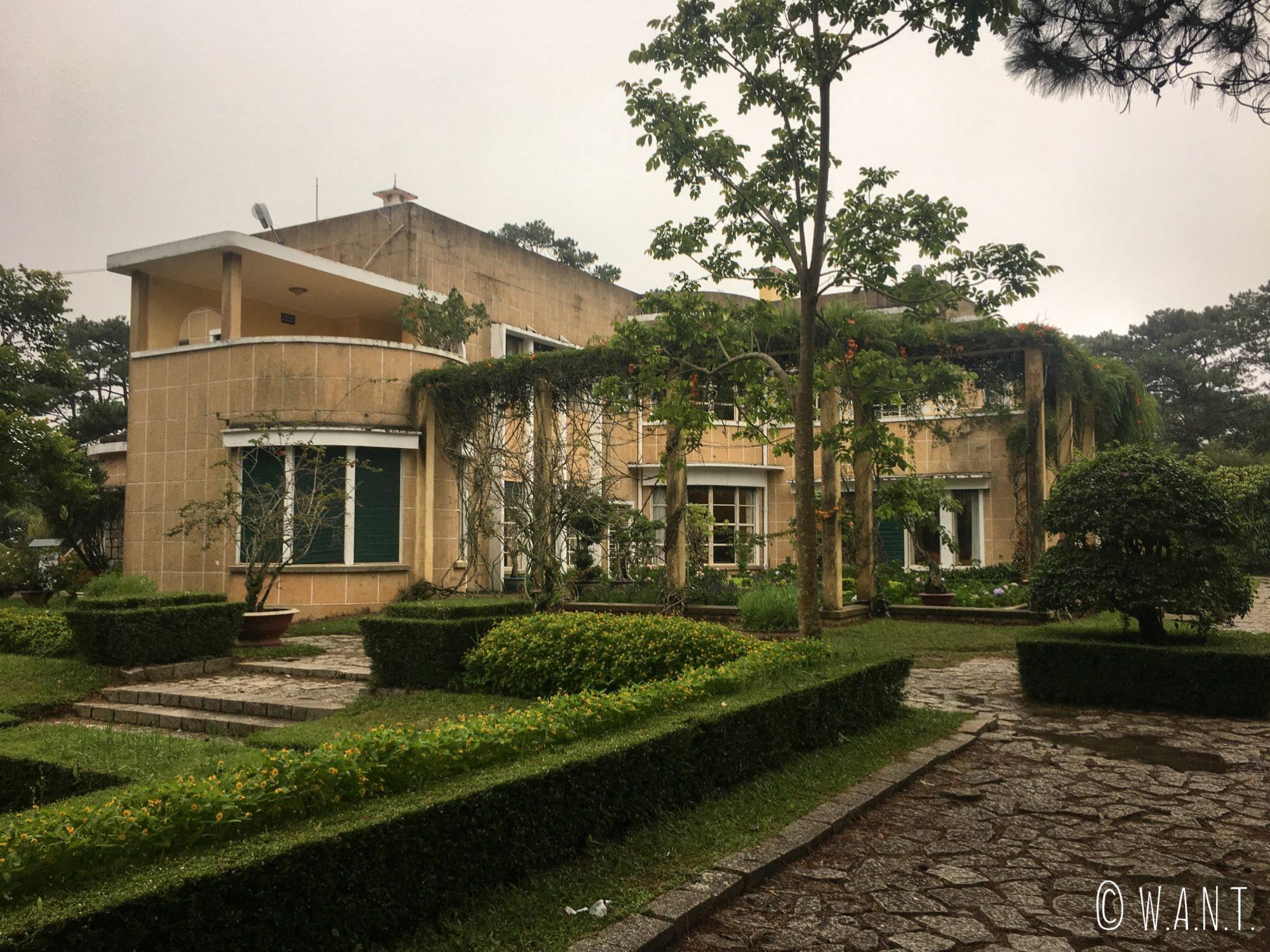 Vue sur le Palais Bao Dai depuis ses jardins à Da Lat