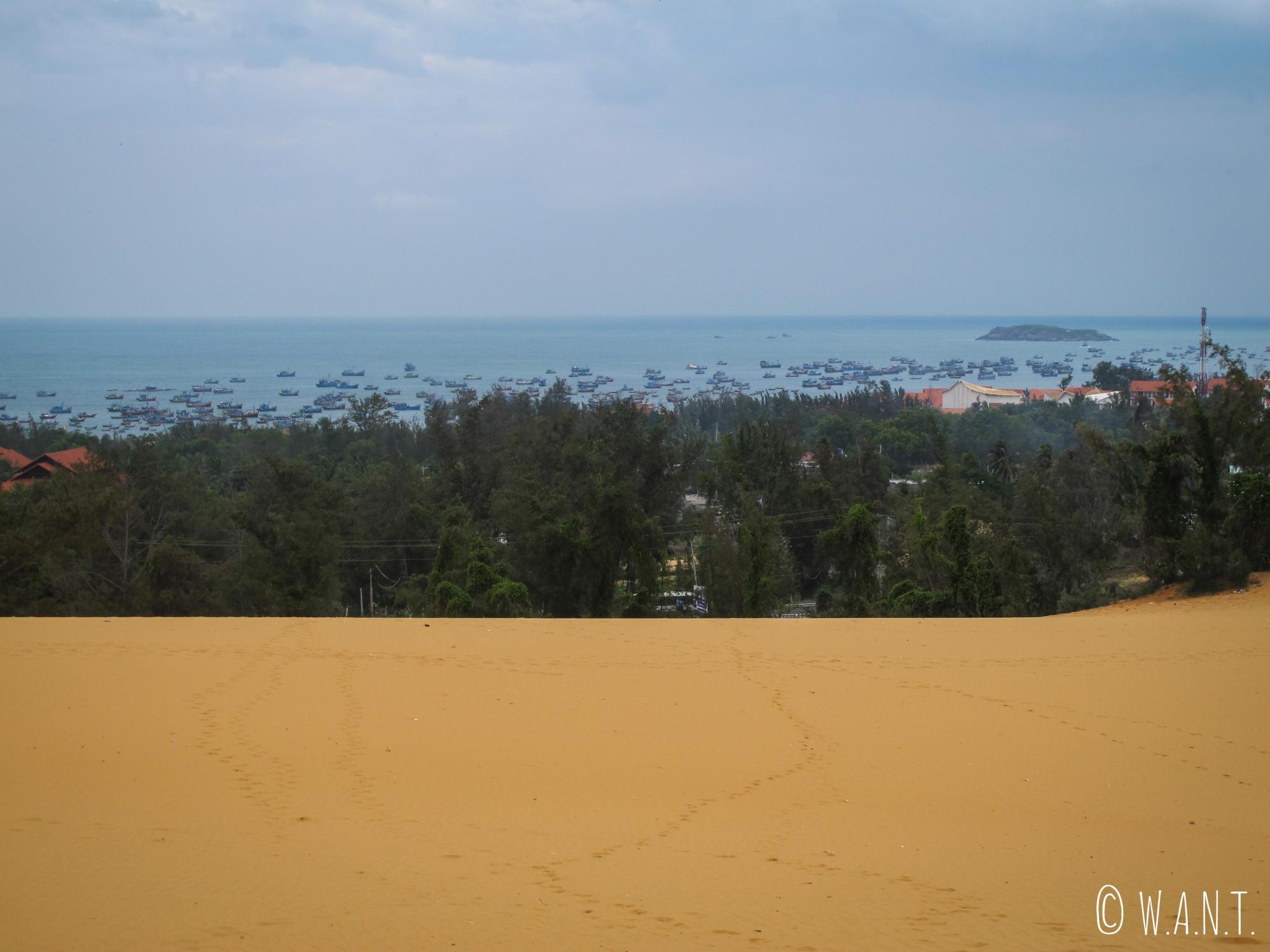 Vue sur le port de Mui Ne depuis les dunes de sables rouges