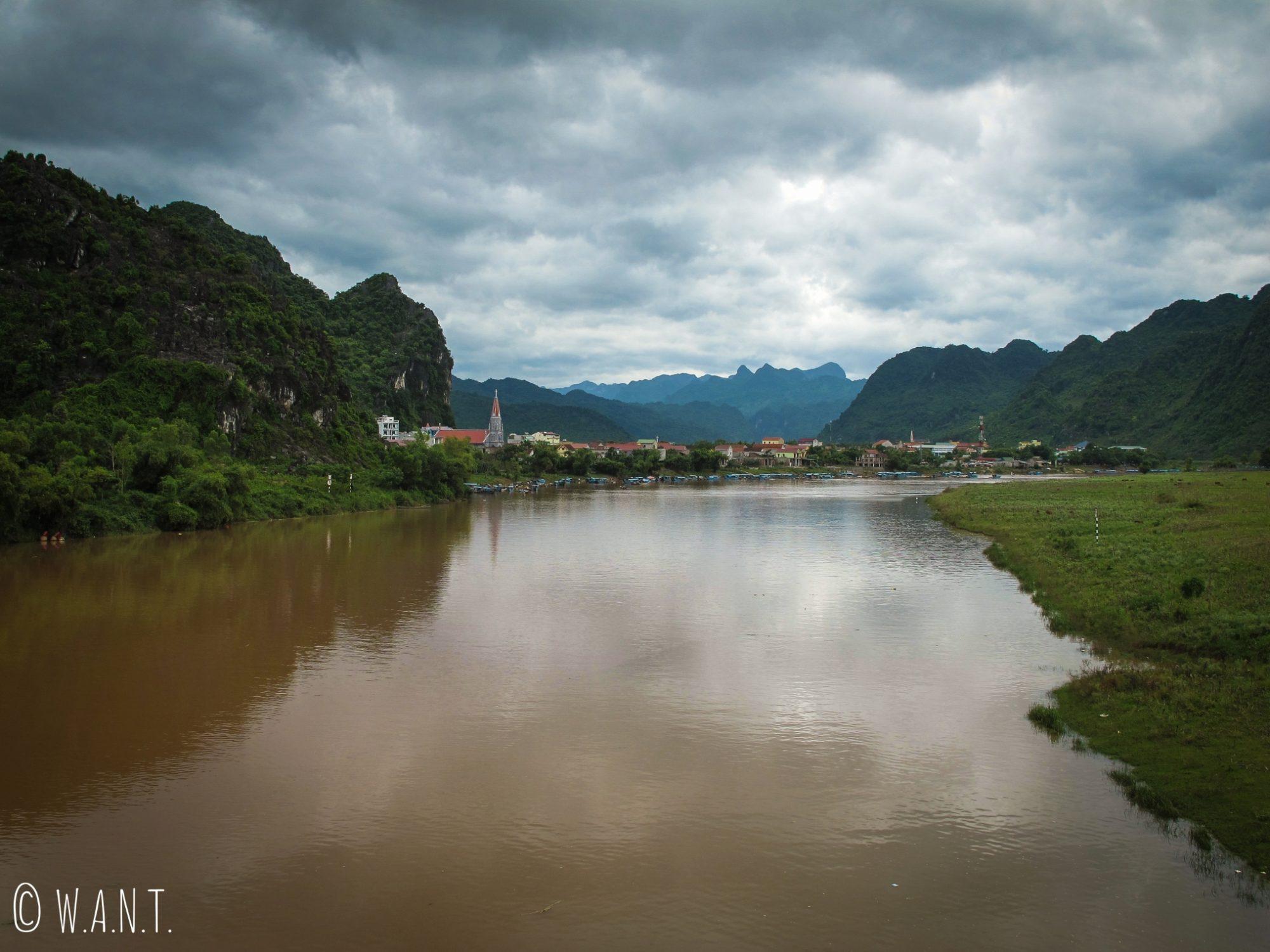 Vue sur le village de Son Trach depuis le pont