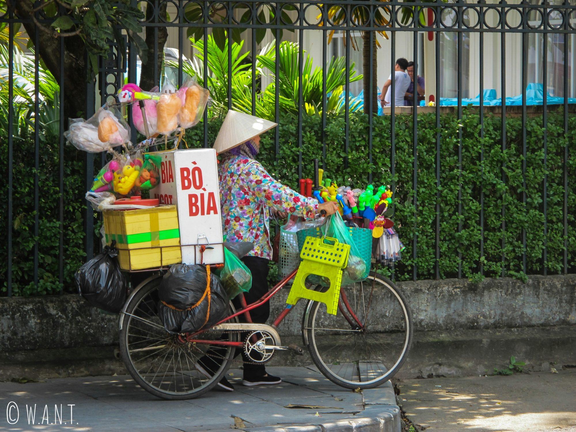 Échoppe ambulante sur un vélo dans les rues de Hanoï