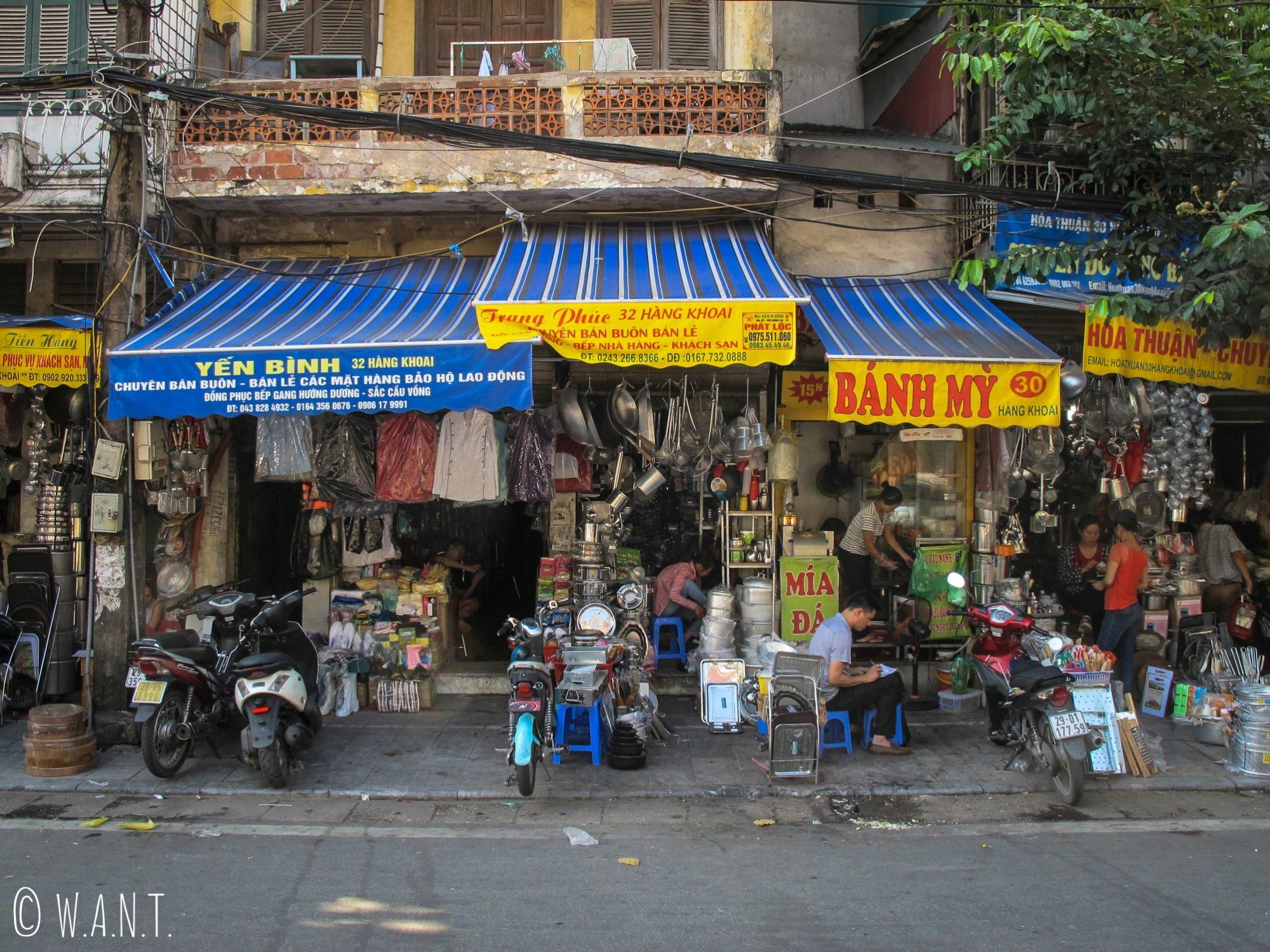 Échoppes d'ustensiles de cuisine dans les rues de Hanoï