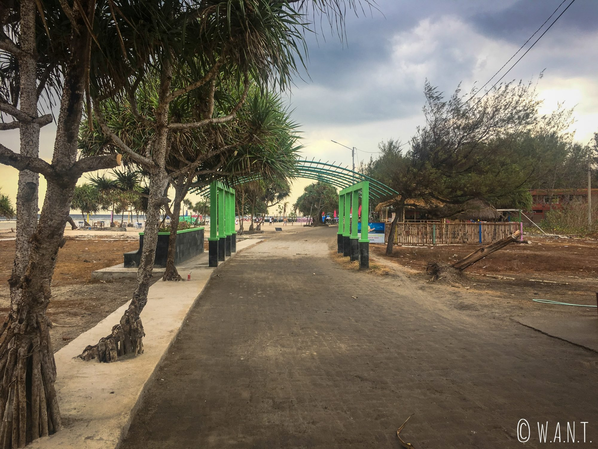 2017 - Promenade sur le sentier à l'ouest de l'île de Gili Trawangan