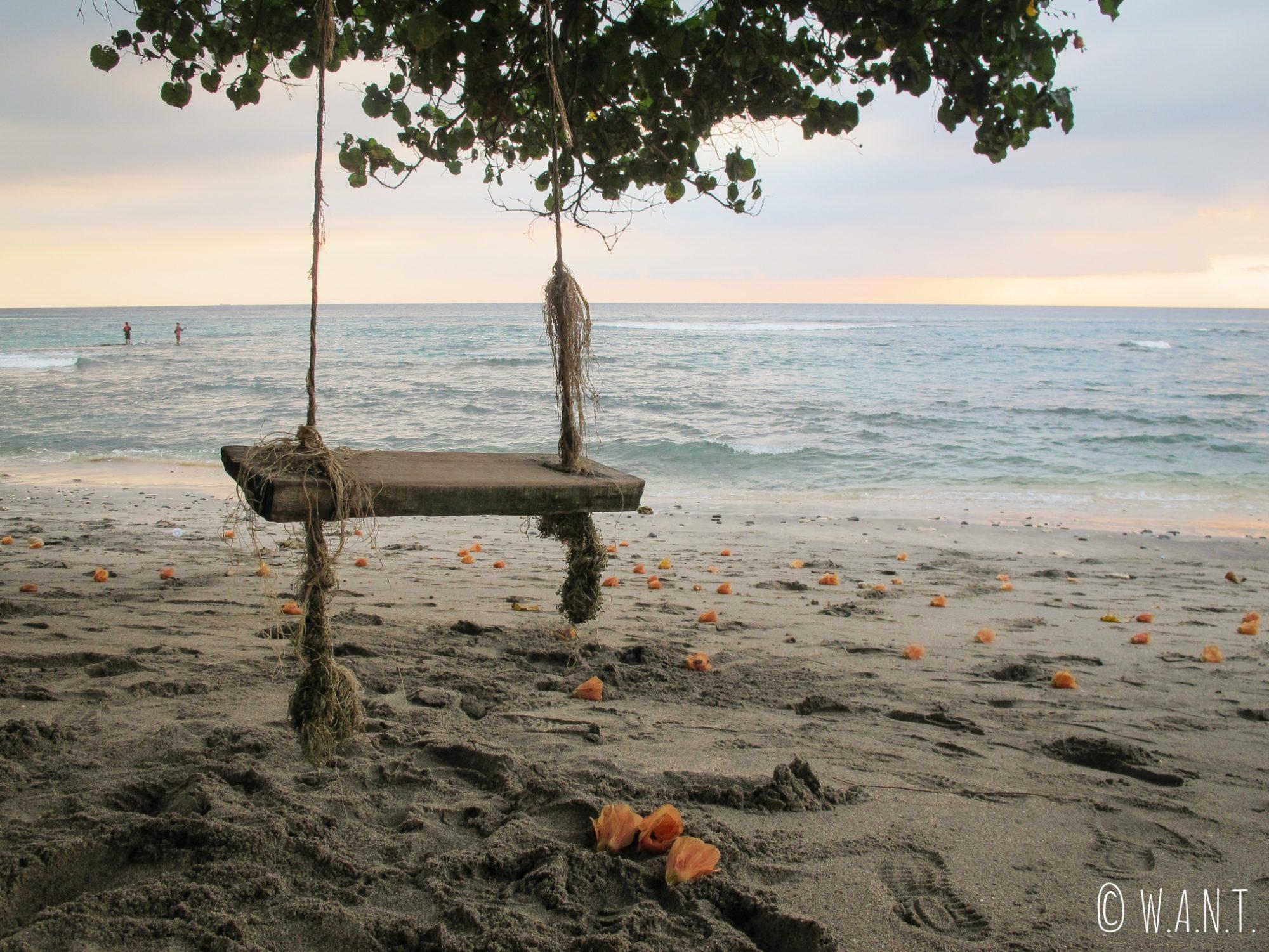 Balançoire au coucher du soleil sur la plage de Mangsit à Lombok