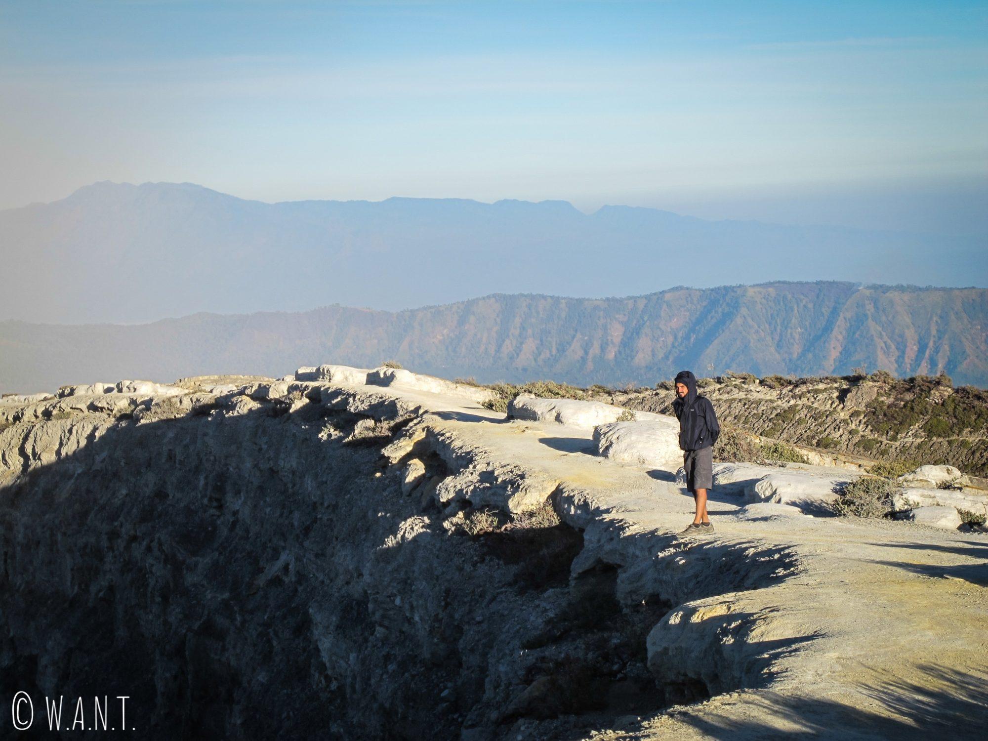 Benjamin au bord du cratère du Kawah Ijen