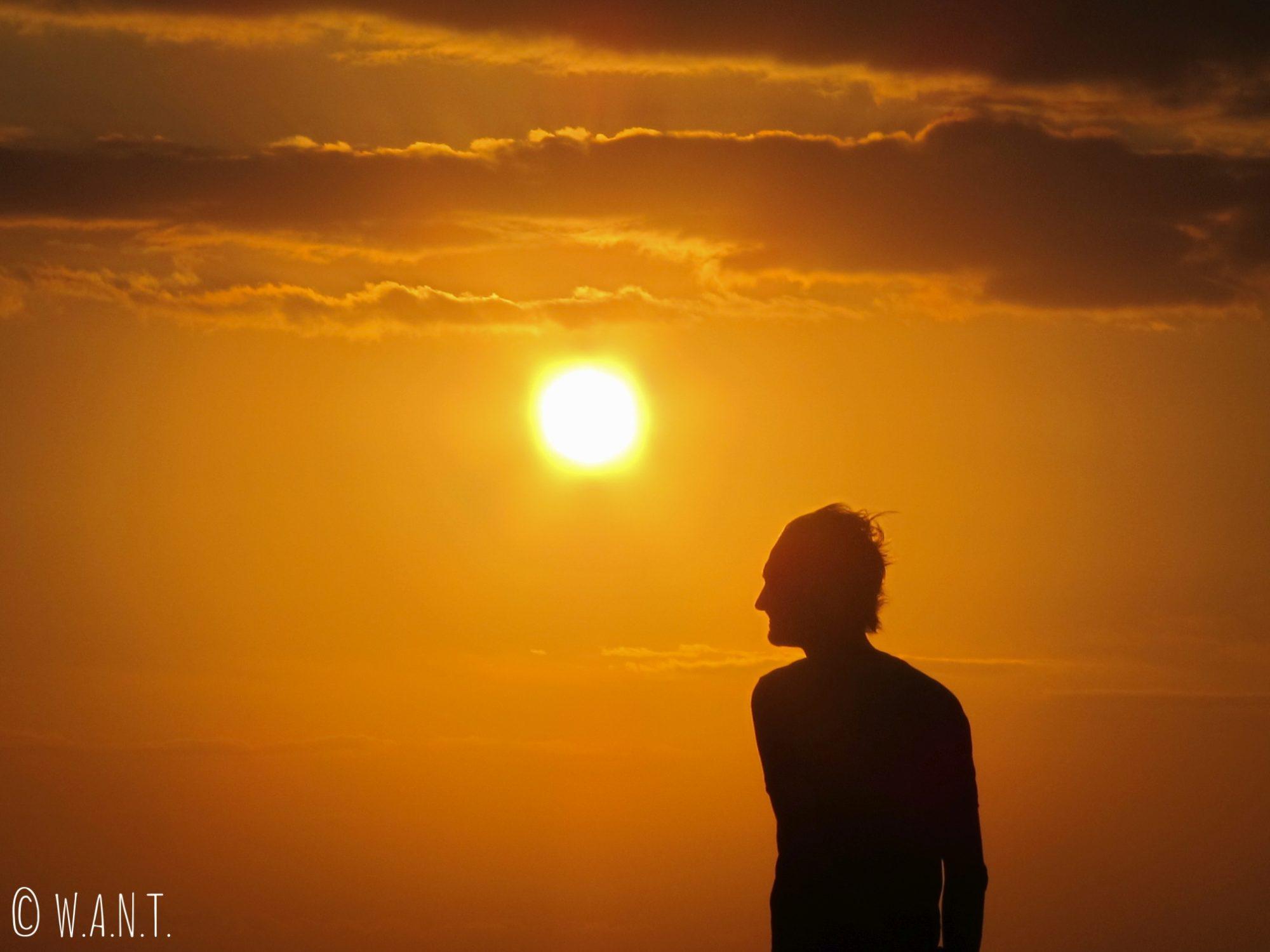 Benjamin durant le coucher du soleil sur le ferry entre Bali et Lombok