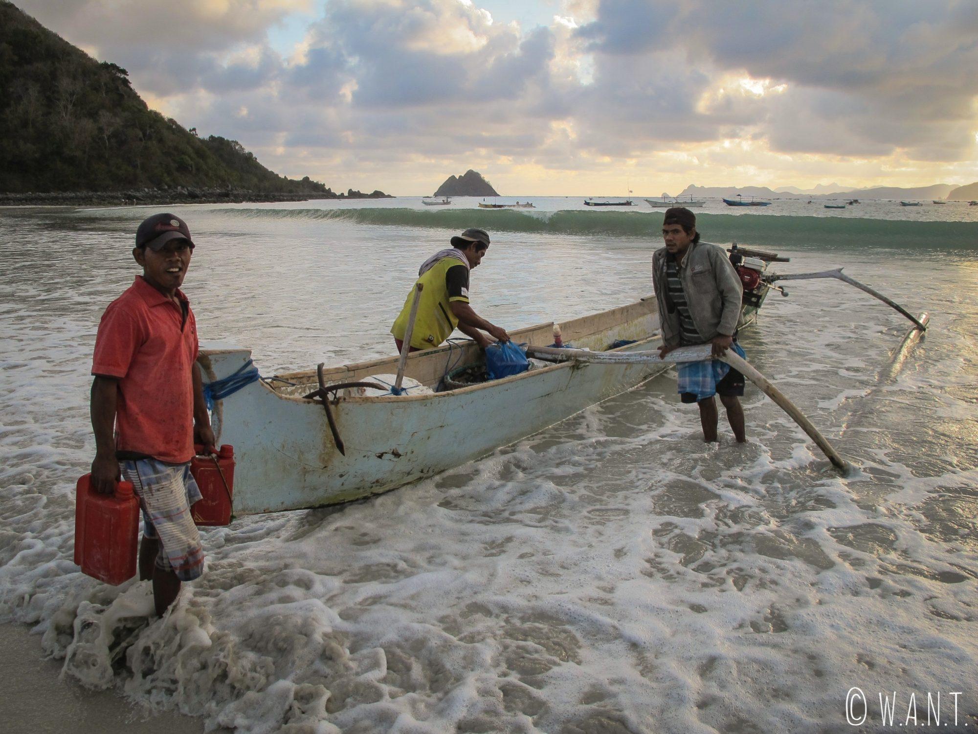 Ces pêcheurs partent toute la nuit en mer depuis la plage de Selong Belanak