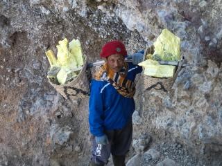 Ces porteurs remontent chaque jours plusieurs kilos de soufre de la solfatare du Kawah Ijen