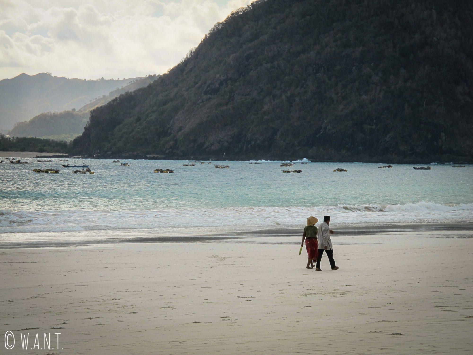 Couple de locaux se promenant sur la plage de Selong Belanak à Lombok