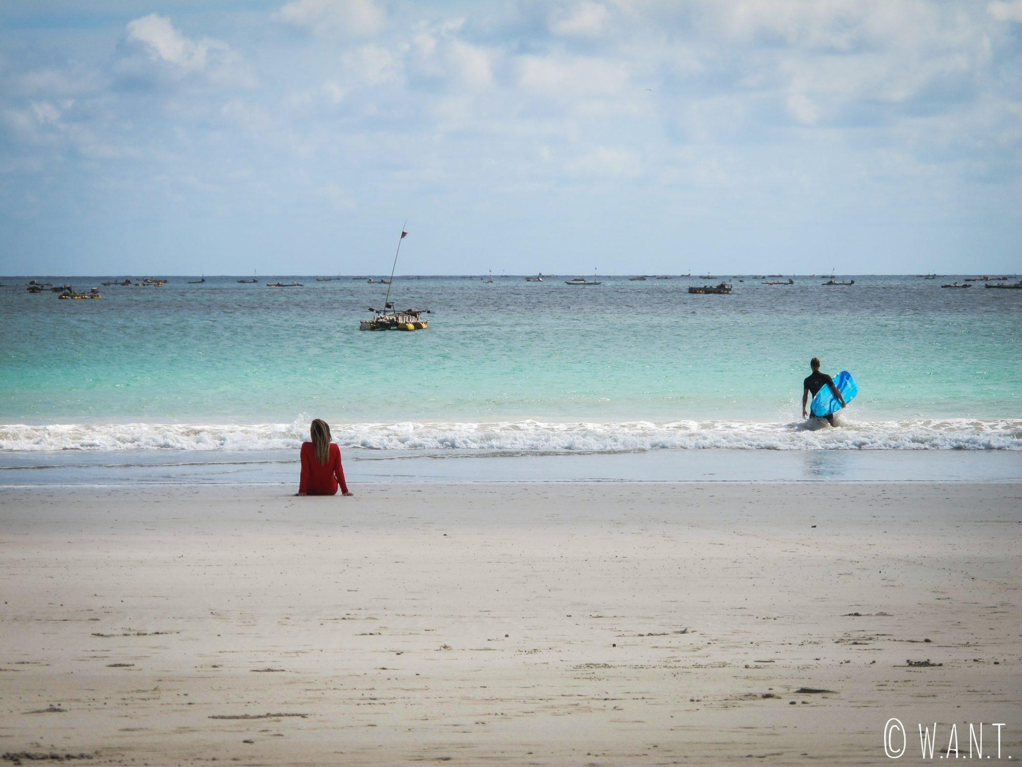 Couple de surfeurs sur la plage de Selong Belanak à Lombok
