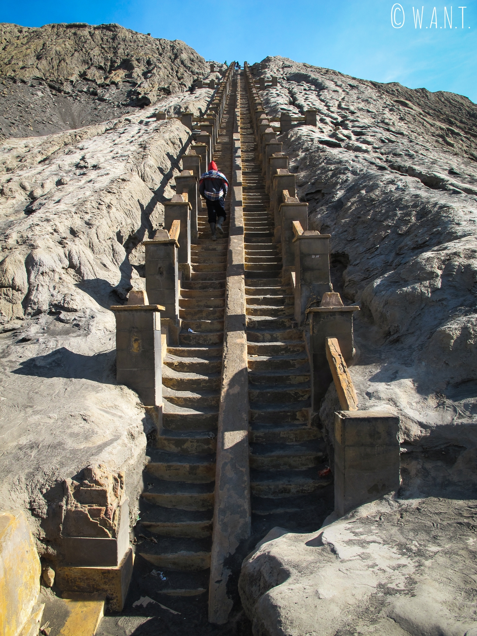 Escaliers menant au cratère du volcan Bromo