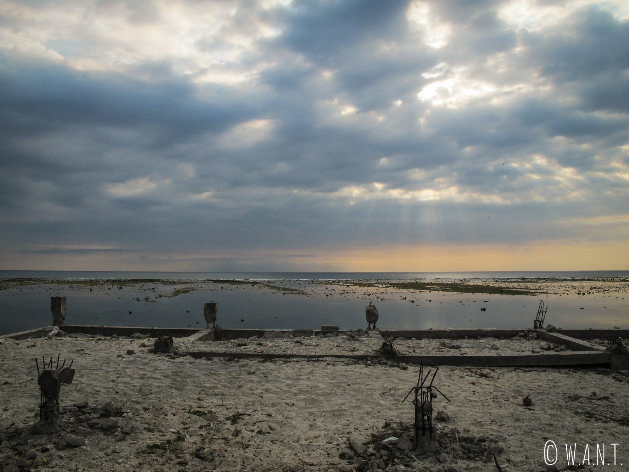Fondations d'une construction laissées à l'abandon sur le littoral de Gili Trawangan