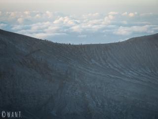 Foule qui se presse le long du cratère du Kawah Ijen au lever du soleil