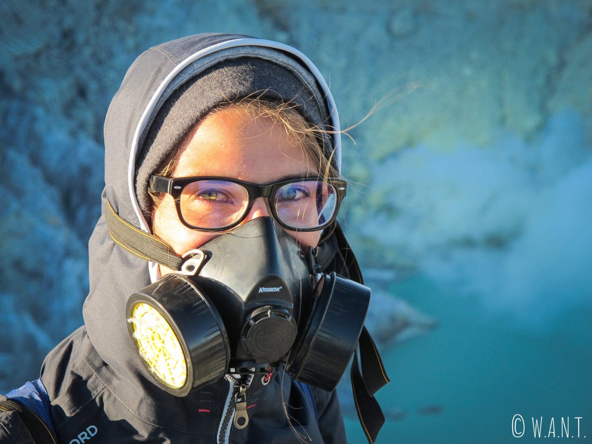 Gros plan sur Marion et son masque à gaz au Kawah Ijen