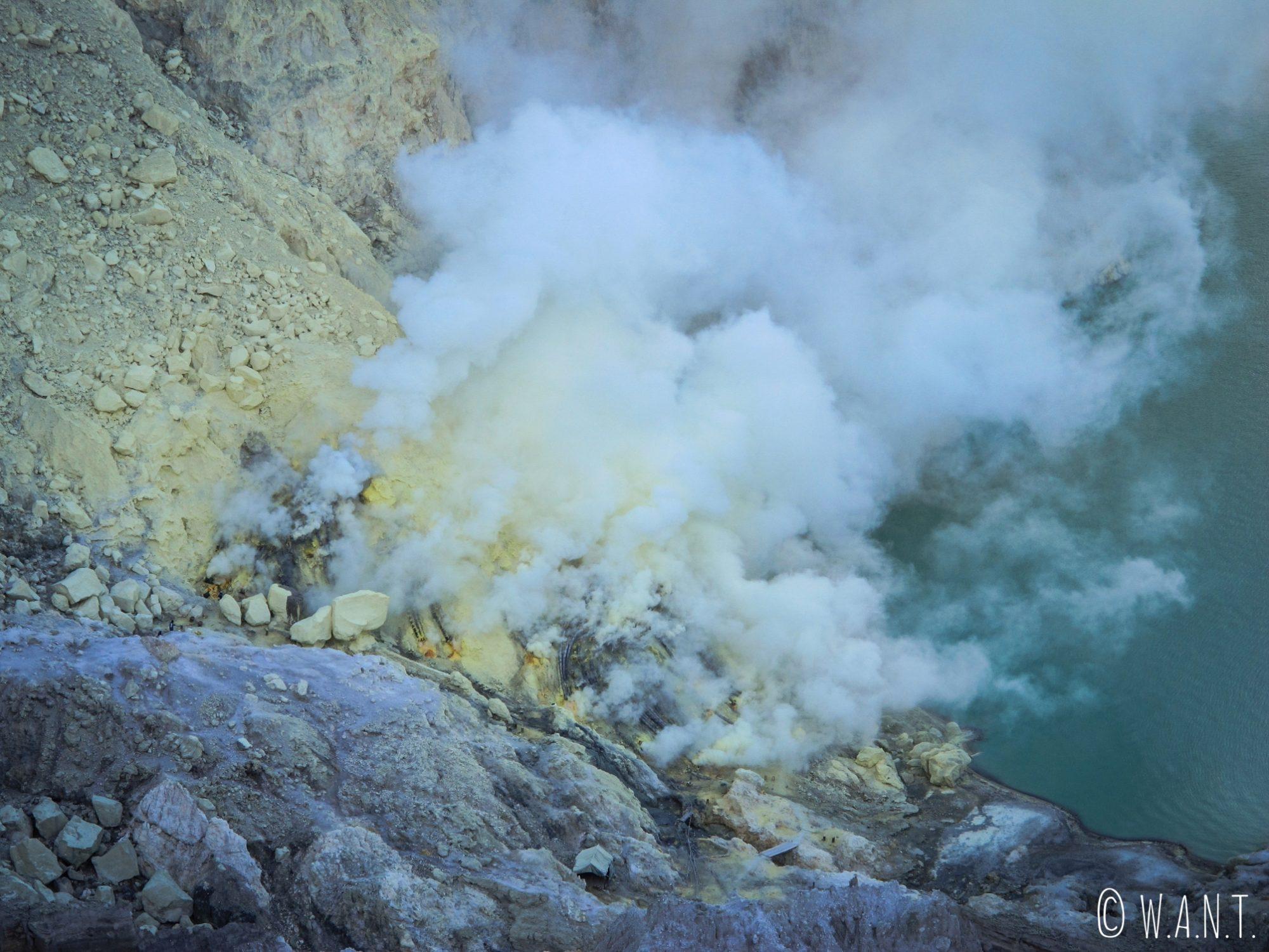 Gros plan sur la solfatare du cratère du Kawah Ijen