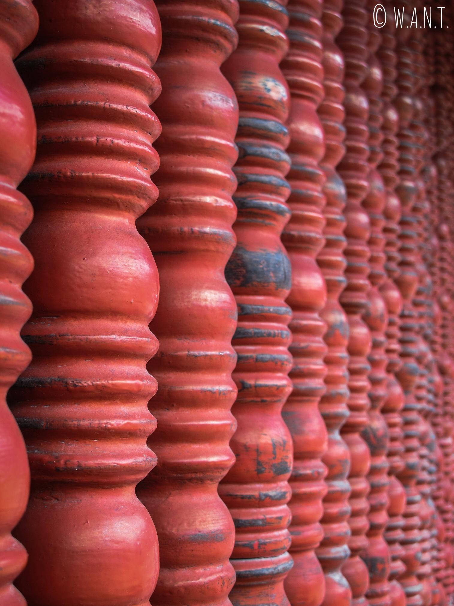 Gros plan sur les ornements en bois du Temple de la Littérature à Hanoï