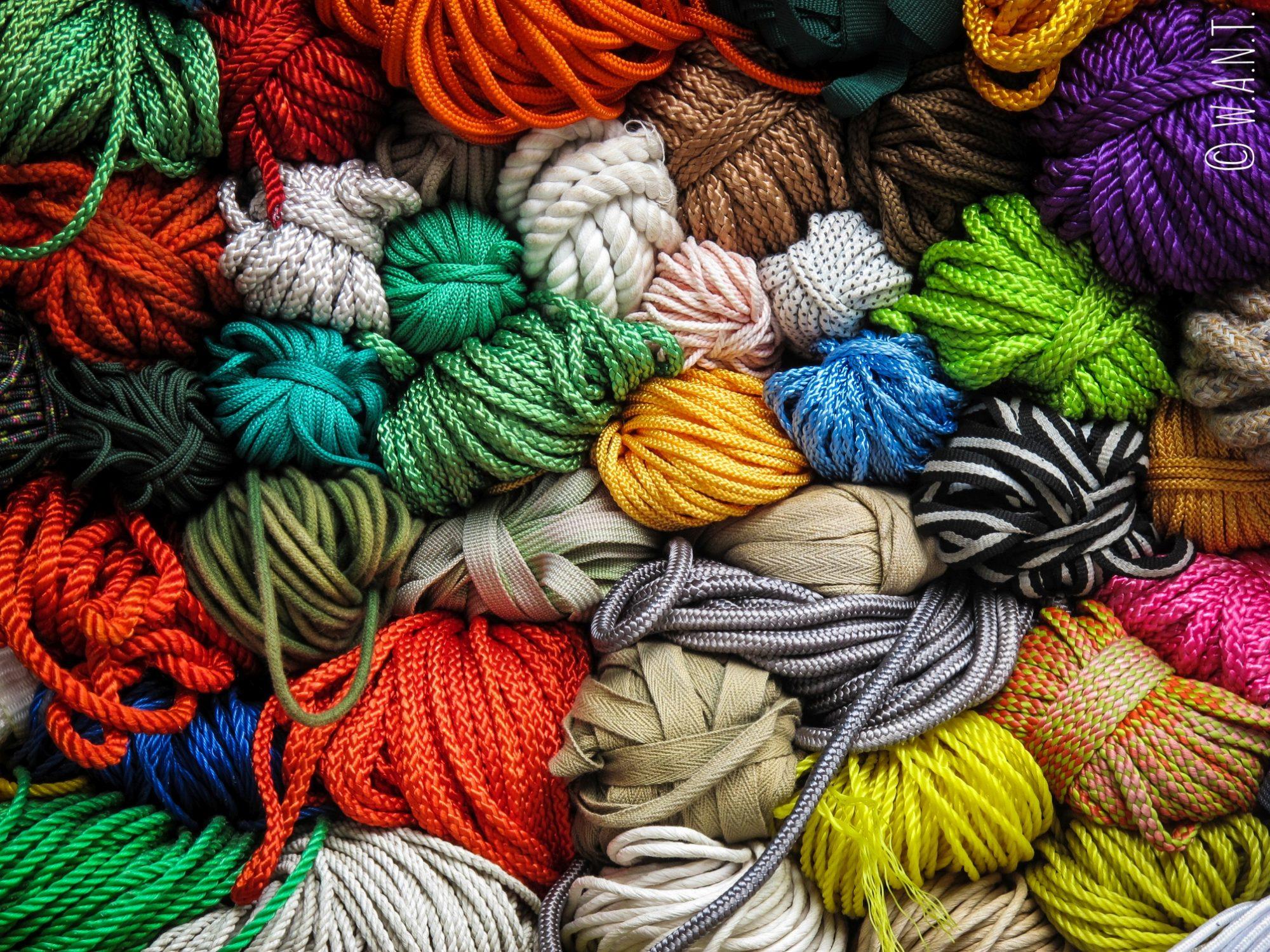 Gros plan sur les pelottes de laine vendues dans une échoppe de Hanoï