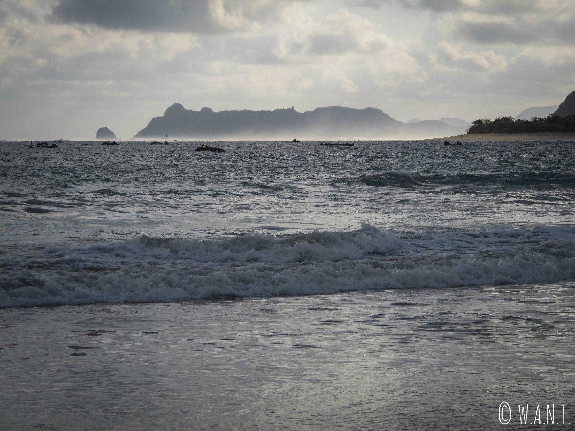 Halo de lumière sur la mer depuis la plage de Selong Belanak à Lombok