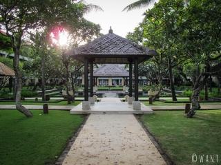Jardins du Conrad Bali au coucher du soleil