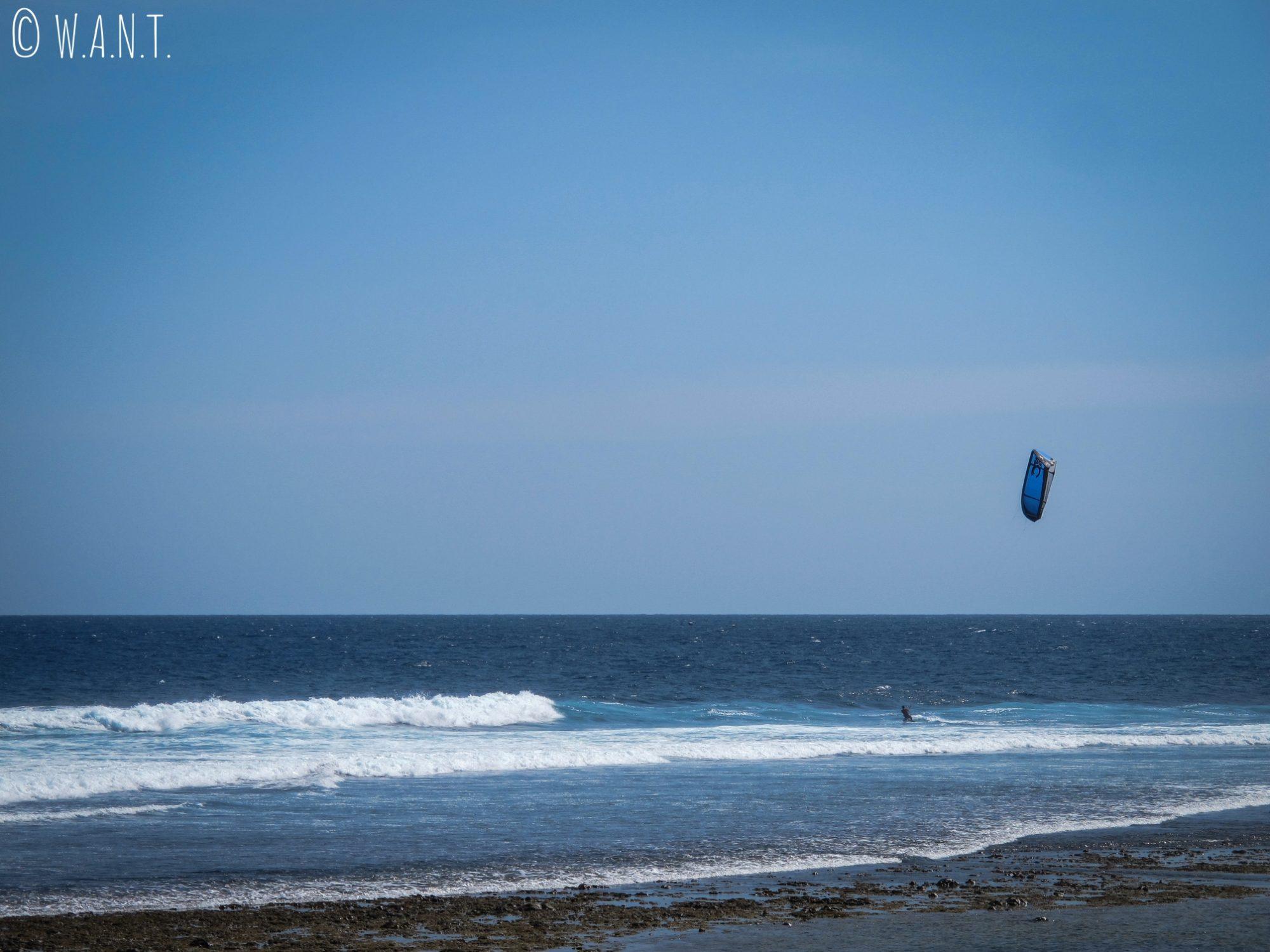 Kitesurfeur sur la plage de Seger Kuta à Lombok