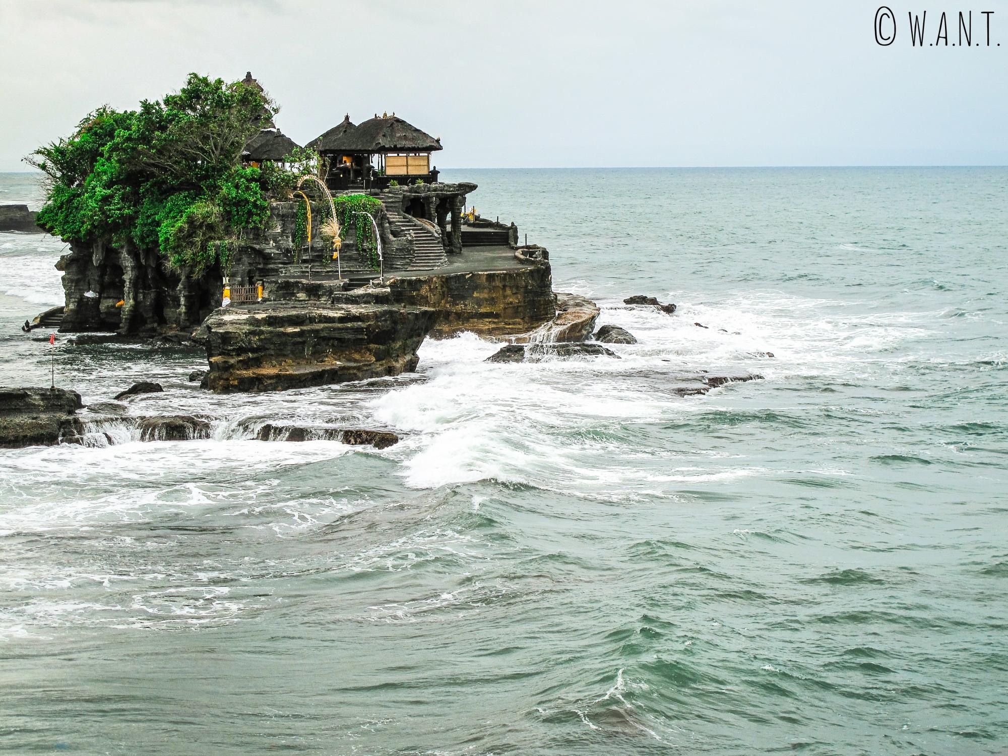 La mer encercle le temple de Tanah Lot à Bali