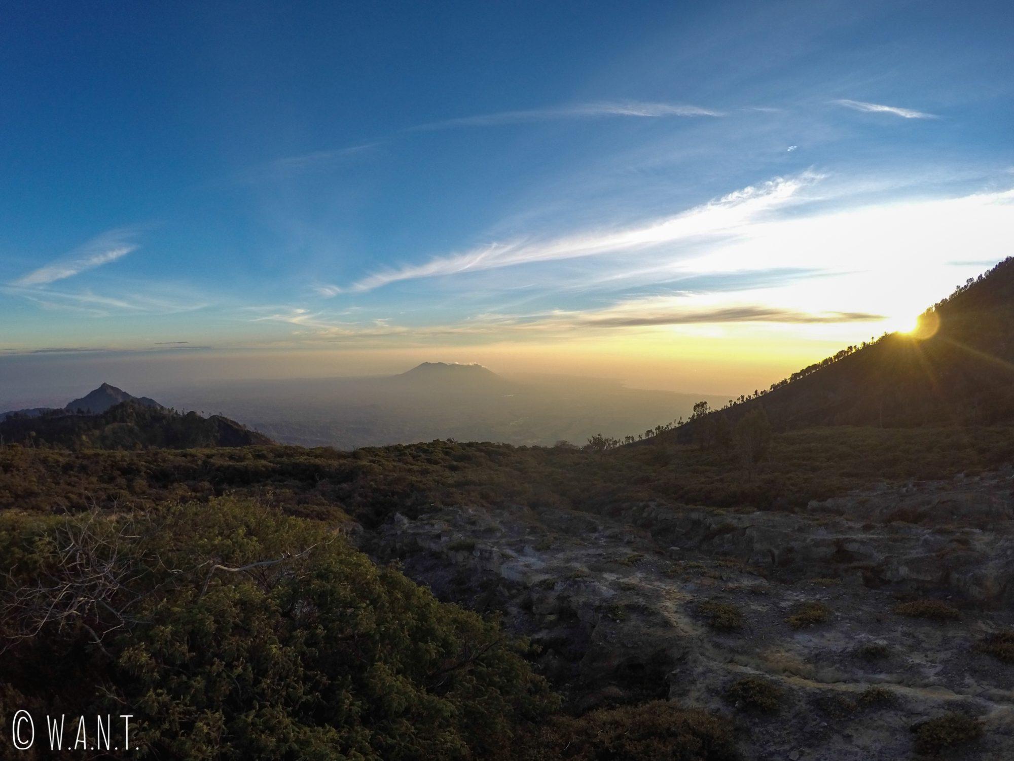 Lever de soleil avec en toile de fond le Gunung Baluran