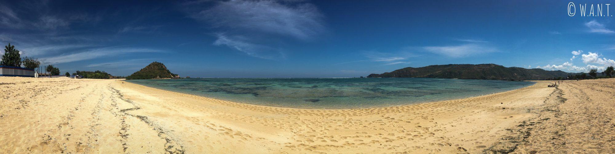 Littoral de la plage de Kuta Lombok en regardant vers la mer